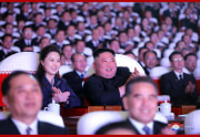光明星節記念公演を鑑賞した金正恩氏と李雪主夫人(2021年2月17日付朝鮮中央通信)