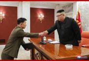 労働党中央軍事委員会拡大会議で軍事称号を授与する金正恩氏(2021年2月25日付朝鮮中央通信)