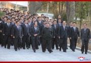 金正恩氏が書記講習会参加者らと記念写真を撮った(2021年3月7日付朝鮮中央通信)
