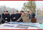 護岸段々式住宅区建設構想を示した金正恩氏(2021年3月26日付朝鮮中央通信)