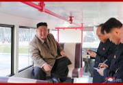新型旅客バスの試作車を視察した金正恩氏(2021年3月26日付朝鮮中央通信)