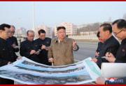 普通江川岸段々式住宅区建設現場を視察した金正恩氏(2021年4月1日付朝鮮中央通信)