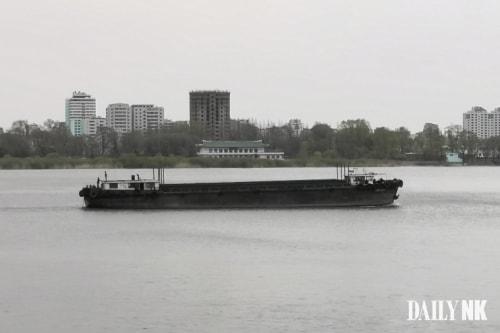 今月16日に1年数カ月ぶりに鴨緑江に姿を表した北朝鮮の砂採取船(撮影:デイリーNK)