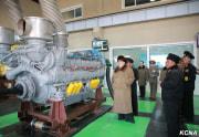 海軍傘下の10月3日工場を視察した金正恩氏(2016年3月22日付朝鮮中央通信)