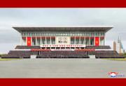 金正恩氏が朝鮮労働党第6回党細胞書記大会参加者らと獲った記念写真(2021年4月14日付朝鮮中央通信)