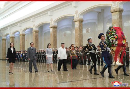錦繍山太陽宮殿を参拝した金正恩氏(2021年4月15日付朝鮮中央通信)