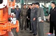 楽園機械連合企業所を視察した朴奉珠内閣総理(当時=朝鮮中央通信)