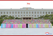 金正恩氏が軍人家族芸術サークル公演の参加者と記念写真を撮影(2021年5月7日付朝鮮中央通信)