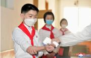 学校で検温を受ける北朝鮮の少年(2021年5月16日付朝鮮中央通信)