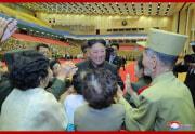 金正恩氏が老兵大会参加者と記念写真を撮った(2021年7月30日付朝鮮中央通信)
