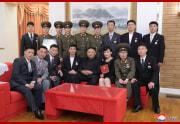 金正恩氏が芸術家と接見した(2021年7月12日付朝鮮中央通信)