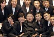 若手の芸能人らと記念写真を撮った金正恩氏(朝鮮中央通信)