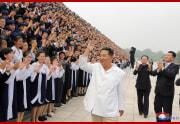 金正恩氏が青年節祝賀行事参加者と記念写真を撮った(2021年8月31日付朝鮮中央通信)
