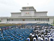 青年節記念行事参加者が錦繍山太陽宮殿を参拝した(2021年8月28日付労働新聞)