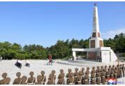 金正恩氏が解放塔に花輪を送った(2021年8月16日付朝鮮中央通信)