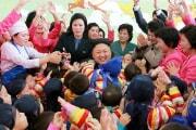 2015年1月1日、平壌育児院・愛育院を訪問した金正恩氏(朝鮮中央通信)