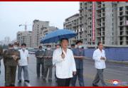 金正恩氏が普通江川岸段々式住宅区建設を現地指導した(2021年8月21日付朝鮮中央)