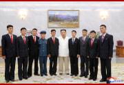 金正恩氏が骨の折れる部門に志願した青年と面会し記念撮影をした(2021年8月31日付朝鮮中央通信)