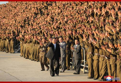 金正恩氏が建国73周年閲兵式参加者と記念写真を撮った(2021年9月10日付朝鮮中央通信)