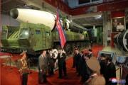 国防発展展覧会で公開された新型と見られるICBMの前で側近らと話す金正恩氏(2021年10月12日付朝鮮中央通信)